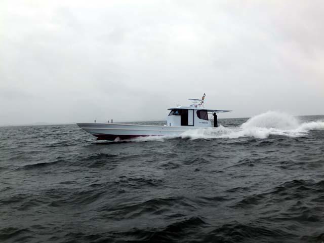 広島:カキ養殖作業船「第八進光丸」進水、回航
